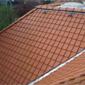 toiture inclinée en tuiles oranges